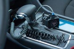 Interno moderno dell'automobile con l'orologio astuto sulla leva del cambio Fotografie Stock Libere da Diritti