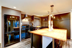 Interno moderno della cucina nel marrone scuro con gli apparecchi neri Fotografia Stock