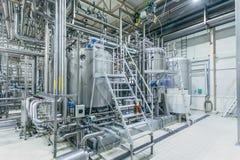 Interno moderno della fabbrica di birra Tini di filtrazione, conduttura, valvole ed altre attrezzature della linea di produzione  fotografia stock