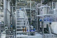 Interno moderno della fabbrica di birra Tini di filtrazione, conduttura, valvole ed altre attrezzature della linea di produzione  immagini stock