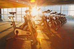 Interno moderno della palestra con attrezzatura, bici di esercizio di forma fisica Immagini Stock