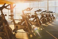 Interno moderno della palestra con attrezzatura, bici di esercizio di forma fisica Immagine Stock Libera da Diritti