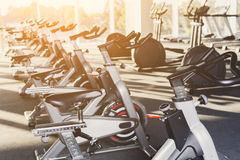 Interno moderno della palestra con attrezzatura, bici di esercizio di forma fisica Fotografia Stock