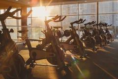Interno moderno della palestra con attrezzatura, bici di esercizio di forma fisica Fotografia Stock Libera da Diritti
