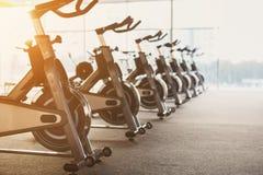 Interno moderno della palestra con attrezzatura, bici di esercizio di forma fisica Fotografie Stock Libere da Diritti