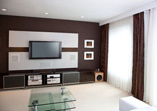 Interno moderno della stanza del teatro domestico con lo schermo piano TV Fotografia Stock Libera da Diritti