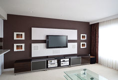 Interno moderno della stanza del teatro domestico con lo schermo piano TV Immagini Stock Libere da Diritti