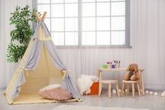 Interno moderno della stanza della scuola materna con la tenda del gioco fotografia stock