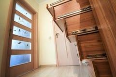 Interno moderno di architettura con il corridoio di lusso con le scale di legno lucide nella casa moderna del piano Gabinetti su  fotografie stock libere da diritti