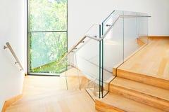 Interno moderno di architettura con le scale di legno Fotografia Stock