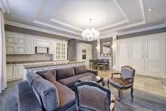 Interno moderno di stanza cucina-vivente in un appartamento spazioso nei colori luminosi Fotografia Stock Libera da Diritti
