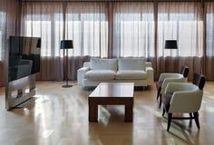 Interno moderno domestico del teatro con le grandi finestre fotografia stock