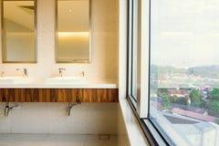 Interno moderno e contemporaneo della toilette pubblica, Fotografia Stock Libera da Diritti