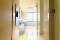 Interno moderno e contemporaneo della toilette pubblica, Fotografia Stock