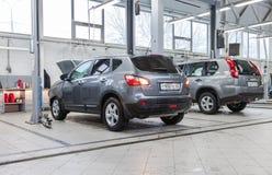 Interno nel distributore di benzina di riparazione automatica del commerciante ufficiale immagine stock