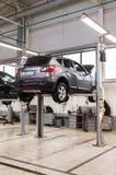 Interno nel distributore di benzina di riparazione automatica del commerciante ufficiale fotografia stock