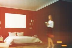 Interno nero della camera da letto, donna, parete Fotografia Stock Libera da Diritti