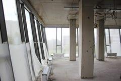 Interno non finito del centro di affari con le grandi finestre immagini stock