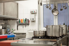 Interno ordinato di una cucina commerciale fotografie stock