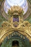 Interno ortodosso russo del santuario dell'altare della chiesa del monastero in cielo blu soleggiato del tempo Fotografie Stock