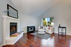 Interno piacevolmente ammobiliato del salone con il pavimento di legno duro immagine stock