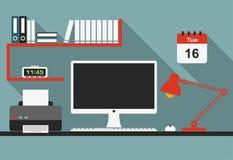 Interno piano del posto di lavoro dell'ufficio con le ombre lunghe Immagini Stock Libere da Diritti