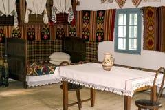 Interno piega rumeno tradizionale della casa con la decorazione d'annata Immagine Stock Libera da Diritti