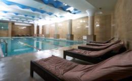 Interno pubblico dell'interno della piscina nel club della palestra di forma fisica Immagini Stock Libere da Diritti
