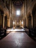 Interno romanico della chiesa della basilica Fotografia Stock