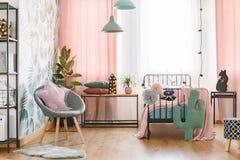 Interno rosa e grigio della camera da letto fotografia stock