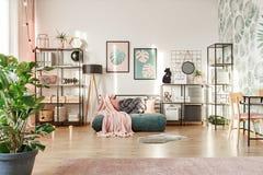 Interno rosa e verde della camera da letto immagine stock libera da diritti