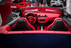 Interno rosso automobilistico di Ferrari bello Ferrari di sport lussuosi convertibili epici fotografia stock