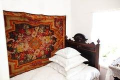 Interno russo Un letto nella stanza Fotografie Stock