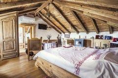 Interno rustico della camera da letto della soffitta Fotografie Stock Libere da Diritti