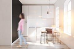 Interno scandinavo della cucina, frigorifero, donna Immagine Stock