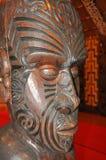 Interno scolpito di una casa di riunione maori Immagine Stock