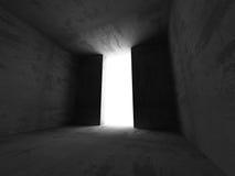 Interno scuro della stanza dei mura di cemento con la luce dell'uscita Architettura Immagini Stock Libere da Diritti