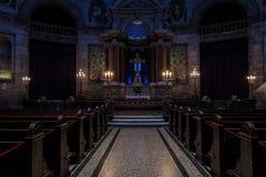 Interno scuro di una chiesa fotografie stock