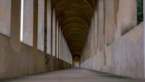 Interno scuro ed abbandonato di un corridoio Immagini Stock