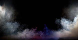 Interno scuro in pieno del vapore denso e bianco immagini stock