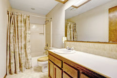 Interno semplice del bagno in casa vuota Immagini Stock Libere da Diritti