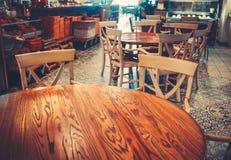 Interno semplice moderno del caffè con mobilia di legno Fotografie Stock Libere da Diritti