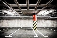 Interno sotterraneo del parcheggio del muro di cemento Immagini Stock