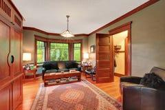 Interno tradizionale del salone con l'insieme di cuoio del sofà Fotografia Stock Libera da Diritti