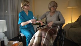Interno triste que rechaza tomar la medicina de las manos de la enfermera, depresión metrajes