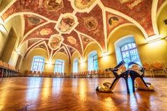 Interno: un corridoio con le pitture, scarpe di tango nella priorità alta Fotografia Stock Libera da Diritti