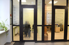 interno Una vista delle stanze dell'ufficio da un corridoio fotografie stock libere da diritti