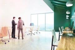Interno verde dell'ufficio della parete, uomini d'affari Fotografie Stock Libere da Diritti