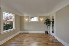 Interno vuoto con le pareti di marrone di taupe, pavimento della stanza di legno duro Fotografie Stock