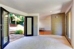 Interno vuoto della casa Salone con la porta al cortile fotografia stock libera da diritti